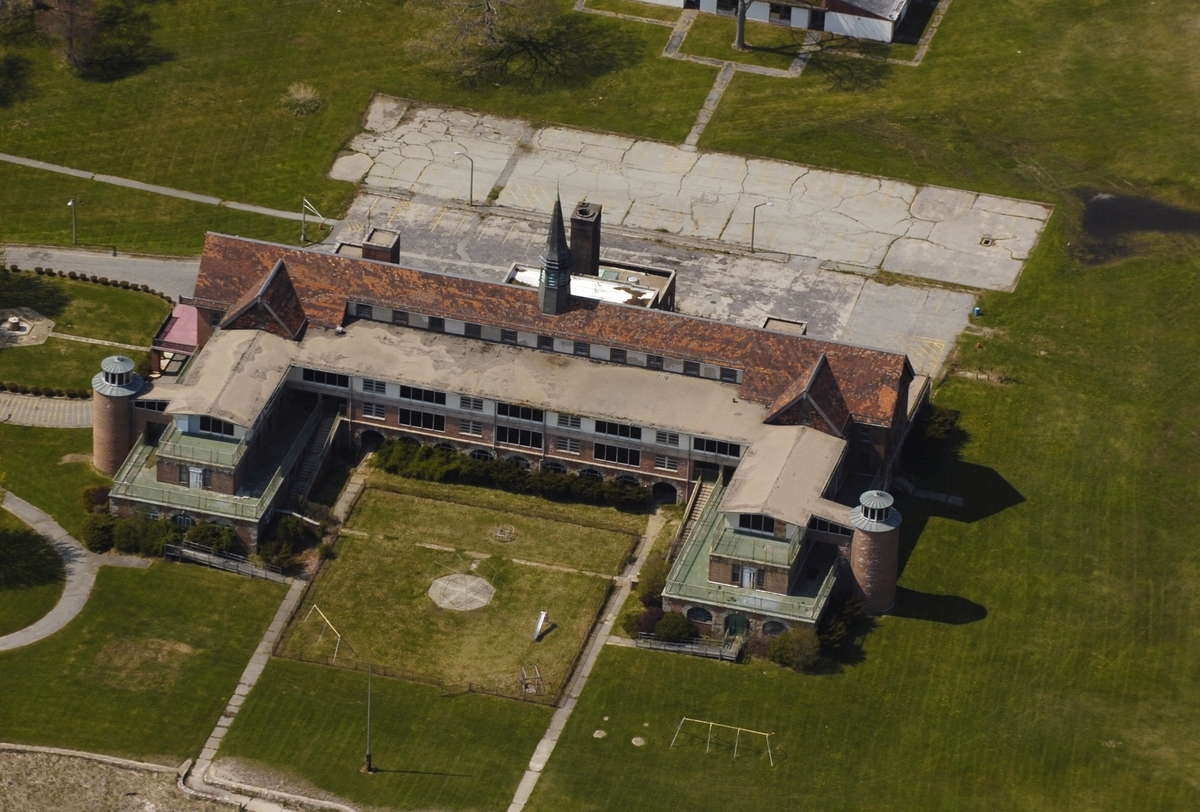 <b></b> The Seaside Regional Center in Waterford seen from the air on May 11, 2005. (Sean D. Elliot/The Day)
